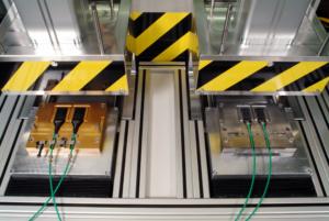 Kabel und Stecker werden mit Hot-Melt wasserdicht vergossen